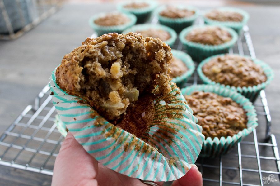 AAAAhhmaaazzing! Fresh Apple Oatmeal Muffins are incredibly simple and tasty. Fresh granny smith apple in warm and wholesome oatmeal muffins. Breakfast yum!