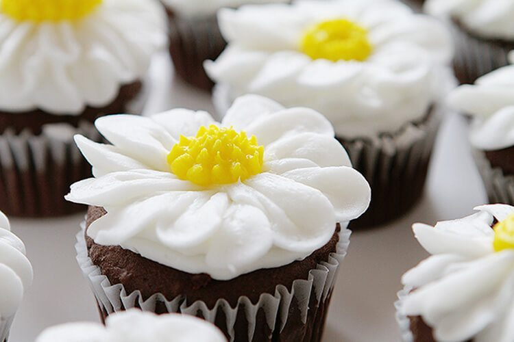 Daisy Flower Cupcake - via I Am Baker
