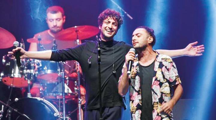 Konserde abi-kardeş düeti