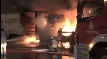 Esenyurt'ta park halindeki 2 TIR alev alev yandı