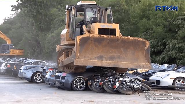 ランボルギーニ・ガヤルドなど高級車76台をドゥテルテ大統領がブルドーザーで公開破壊!犯罪組織の密輸阻止が目的。超法規的殺人指令を強調する偏向報道に流されず考える。