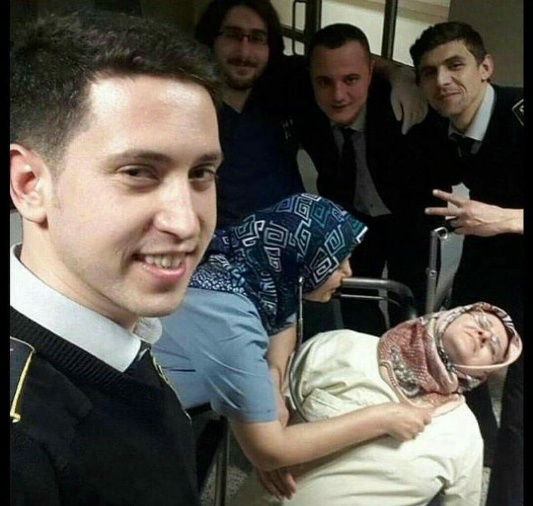 Cenaze ile Selfie Keyfi- Anlamsız Fotoğraflar Arasında En Anlamsızı