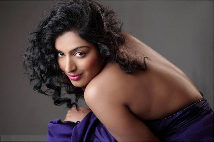 Photo Credit http://actress.photosz.com/2013/09/priya-bhabhi-hot-bare-back-without-bra.html