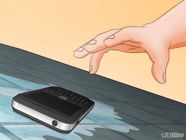 1. Telefonunuzu hızlı bir şekilde sudan çıkarın ve kapatın.