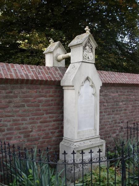 Katolik Karısı ve Protestan kocasının Bitişik Mezarları