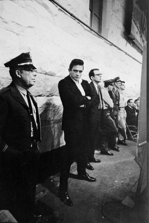 Johnny Cash Folsom Hapishanesinde sahneye çıkmayı bekliyor - 1968