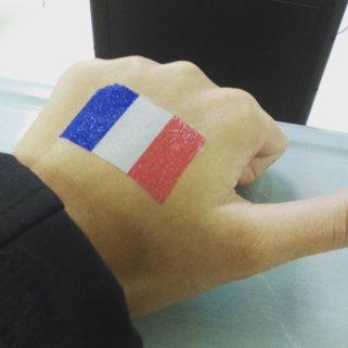 Pas besoin que le tatouage soit permanent pour être solidaire. Cette jeune fille s'est encré temporairement le drapeau français. (Crédit photo: Twitter/@EBWITHING)