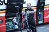 Une fois la course terminée, l'ensemble des mécaniciens entrent en piste pour réparer et nettoyer les vélos comme ici derrière le bus de la team Lotto Soudal. (Crédit photo : Maxime Gil)