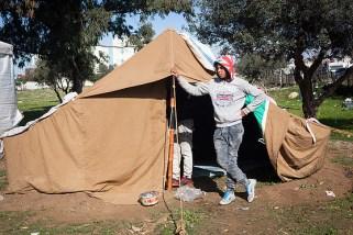 Un chômeur prend la pose devant l'une des tentes qui les abritent.Crédit photo:Clara Lafuente.