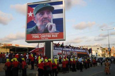 Le père de la révolution cubaine, Fidel Castro, est mort à l'âge de 70 ans à La Havane, le 25 novembre. S'en sont suivis neuf jours de deuil dans le pays. D'autres nations ont rendu hommage à l'homme, comme ici en Angola. (Crédit : Twitter @BarryMcColgan)
