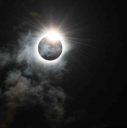 Une éclipse totale a eu lieu en Indonésie le 9 mars 2016. L'occasion pour les internautes de poster leurs plus belles photos sur les réseaux sociaux (Crédit : Twitter @DarksunAlways)
