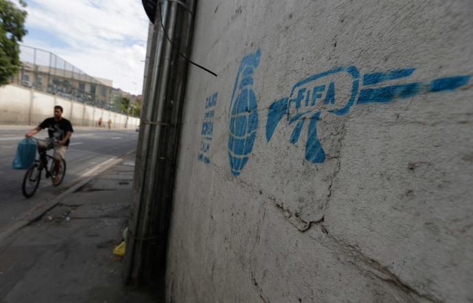 ブラジルワールドカップに反対するストリートアート (15)
