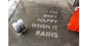 雨の日だけ現れるアート