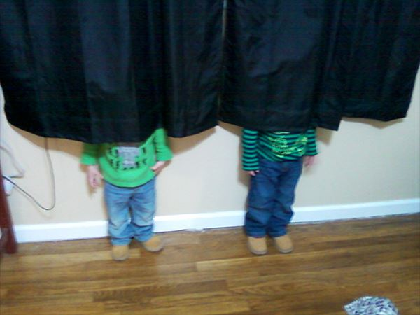 funny-kids-playing-hide-and-seek-43__605_R