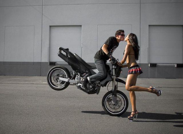 Acrobatic_Kiss