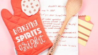 Personalized Christmas Gift Idea: Make this DIY Baking Set with the Cricut