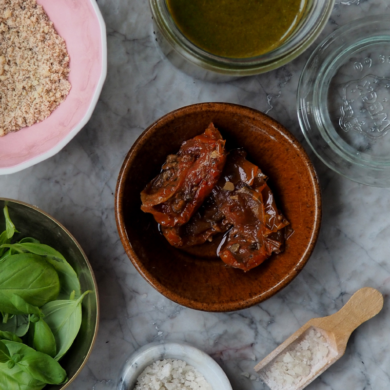 pesto-recipe-basil-semi-dreid-tomato-almond-ingredients-byblikfang-800