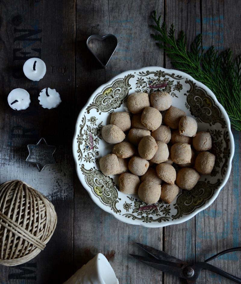 ingers-opskrift-paa-krydrede-sproede-pebernoedder-uden-fedtstof-julestemning-jul-julebagning-smaakager-2-by-blikfang-dk