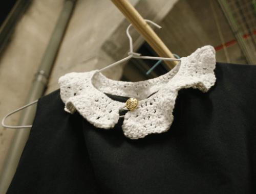 Vestido a máquina con cuello en crochet | By Cousiñas