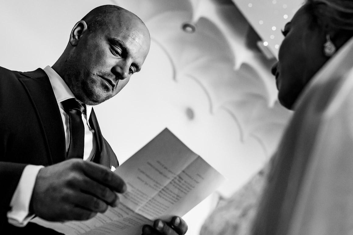 bruidegom leest zijn bruid zijn geloften voor