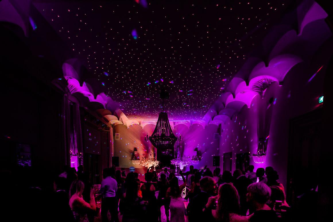 een overzicht foto van de prachtige trouwzaal van het kasteel