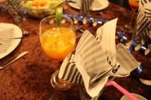 En lækker drink ved vores flotte opdækkede bord.