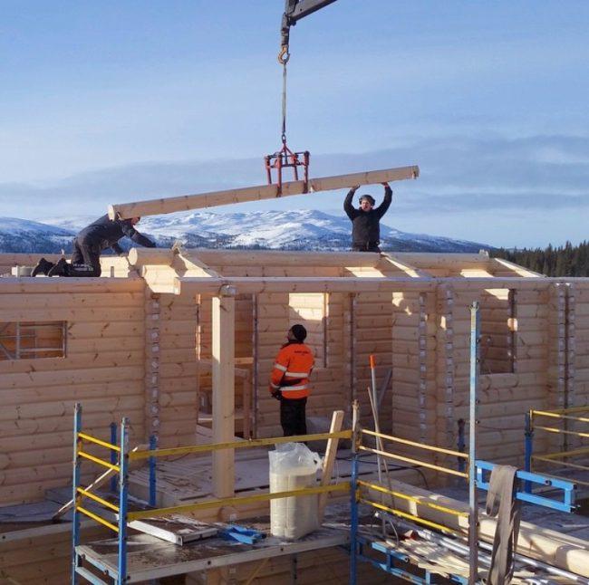 Byggingen av hytta går sin gang