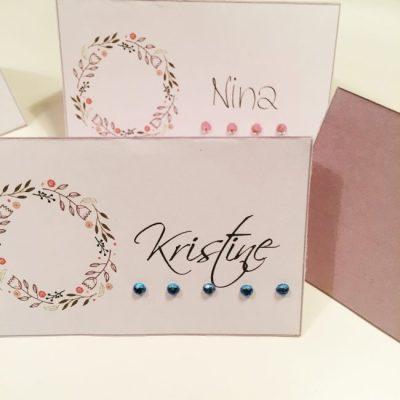 Bordkort med blomsterkrans til konfirmasjon og bryllup