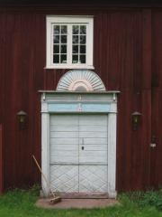 Hembygdsgården i Högeruda har en strålsol över porten.