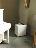 I det ouppvärmda kyrkorummet finns en enkel liten avfuktare som går vid behov. Den måste dock tömmas manuellt.