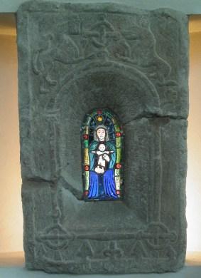 Glasmålning av Astrid Theselius monterat i medeltida fönsterram.