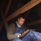 Robin Gullbrandsson mäter upp takstolar.