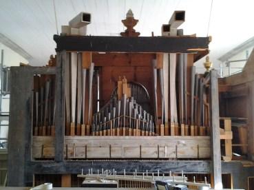 Schiörlinorgeln sedd bakifrån med ursprungliga väderlådor och med större delen av pipmaterialet bevarat, en god förutsättning för en framgångsrik restaurering.