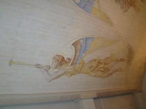 Basunblåsande ängel över orgelläktaren