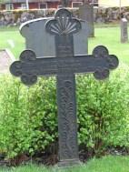 Nygotiskt gjutjärnskors från 1898 av en i länet vanlig typ med slingrande växt i relief, troligen gjuten vid något av bruken härstädes. Bredaryds kyrkogård.