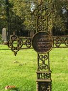 Rostig nygotik på Hångers kyrkogård.