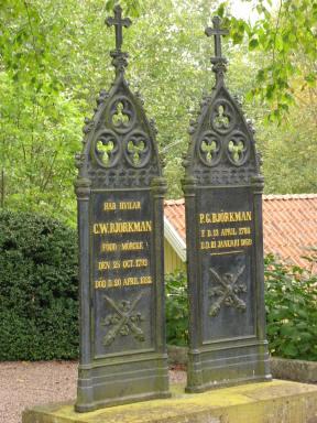 Ytterligare två gjutjärnsvårdar på Järstorps kyrkogård.