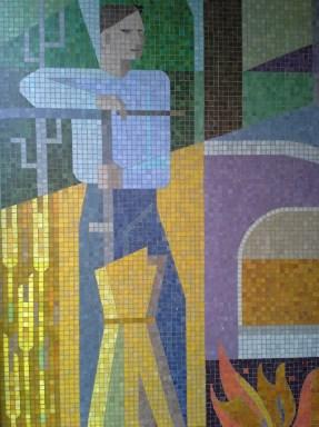 Mosaikmålningen skildrar de tre viktiga näringarna, lant-, glas- och skogsbruk.