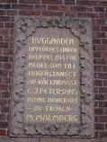 Inskriptionstavlan på nässjö stadshus i röd granit.