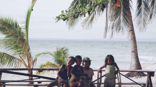 Trẻ con ở đảo này rất ngoan và dễ thương. Không giống đám trẻ con bán hàng dạo ở Boracay, hư lắm ! Thấy mình giơ máy chụp ảnh, mấy đứa rủ nhau đứng sát xong cười rõ tươi :))