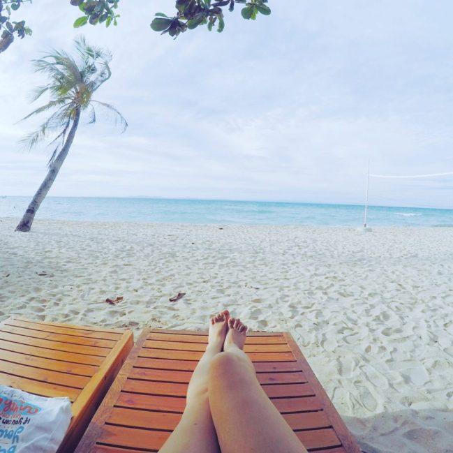 Nằm dài lười biếng trên bãi biển