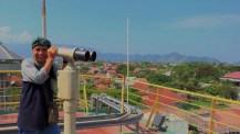 Meneropong dengan biaya Rp1000 pemandangan dari atas dak teratas PLTD Apung