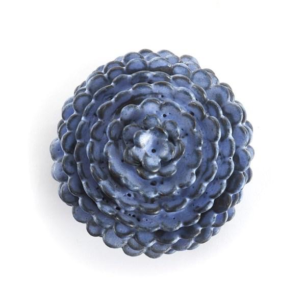 Boîte bleu en céramique avec des pétales rond de la forme d'une pomme de pin vue dessus