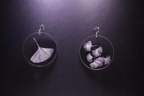 Boucle d'oreille en plexiglas transparent gravé à la main de feuille de Ginko