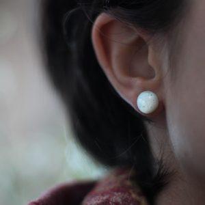 boucle d'oreille, clou d'oreille en perle d'émail blanc