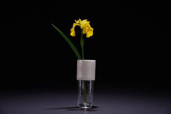 Vase en porcelaine et en verre soufflé avec fleur