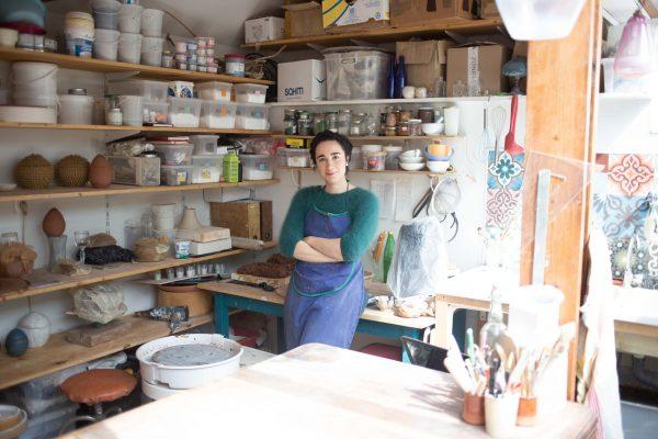 intérieur de l'atelier de céramique by manet