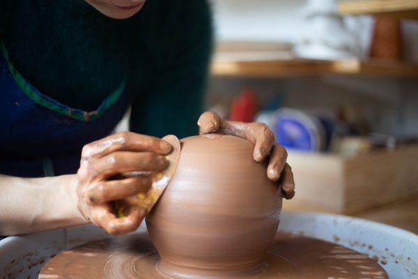 tournage d'une boule en grès noir sur un tour de potier