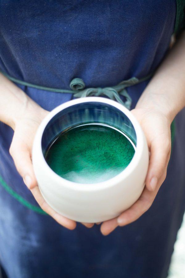 boite en céboite en céramique porcelaine fond émail vertramique porcelaine et son couvercle en verre escargot