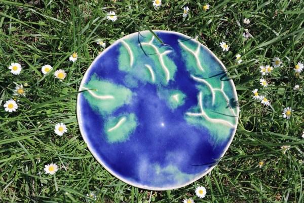 plat décoratif en grès bleu foncé bullé et montagnes turquoise